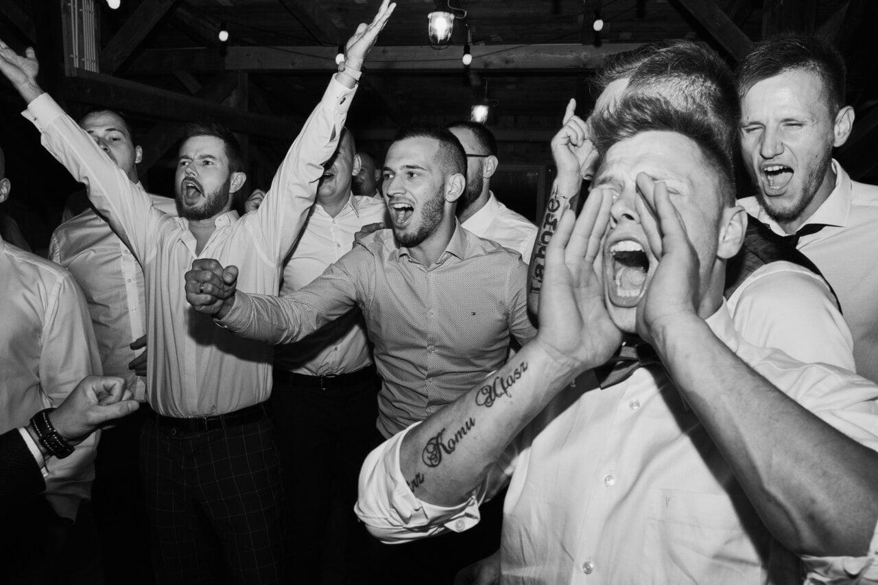 Goście w trakcie zabawy na weselu w Zabrzu